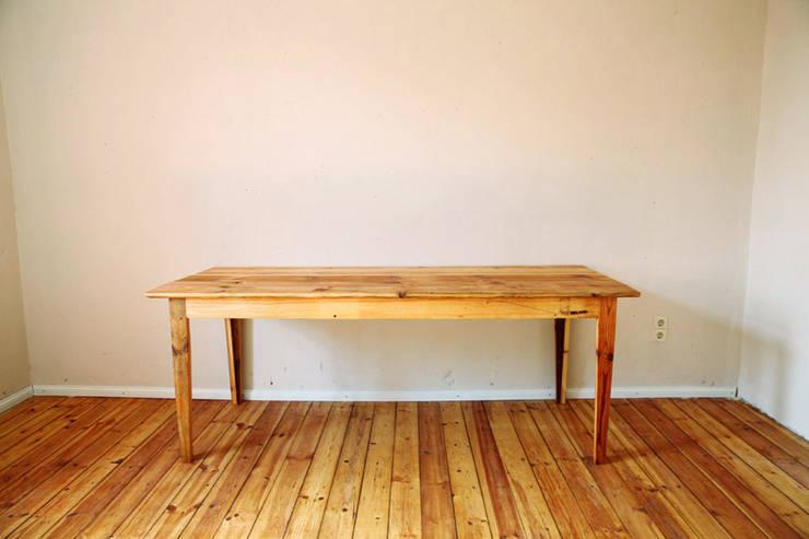 Tisch aus alten Berliner Dielen: ausgefallene Esszimmer von DIELEREI