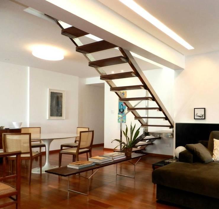 Pasillos, vestíbulos y escaleras  de estilo  por Escritório de Arquitetura e Interiores Janete Chaoui