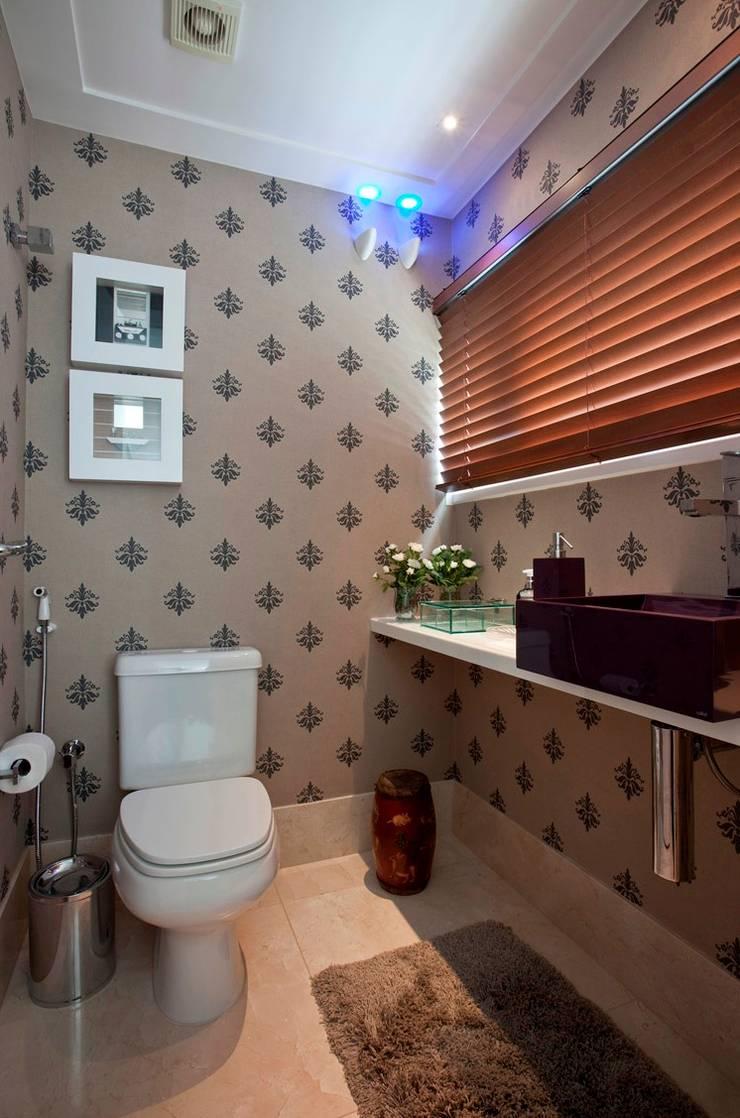 Lavabo: Banheiros  por Escritório de Arquitetura e Interiores Janete Chaoui