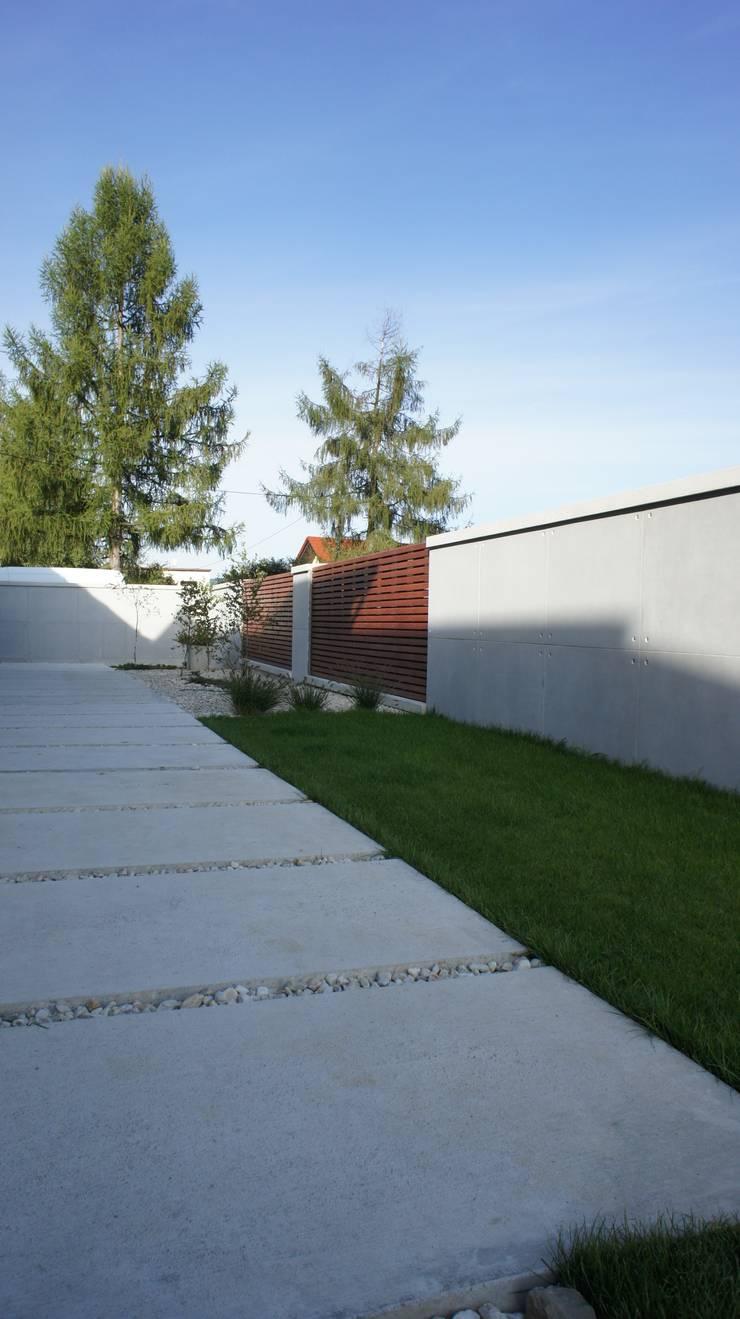 Ogrodzenie z betonu architektonicznego: styl , w kategorii Domy zaprojektowany przez Contractors
