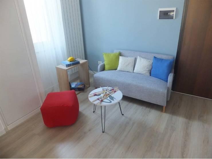 New look per un appartamento di 70 mq a Terni: Soggiorno in stile  di EFFEtto Home Staging