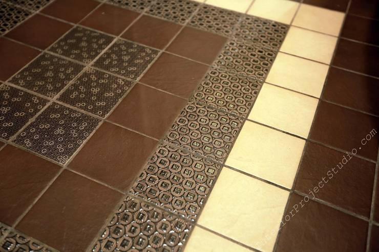 Санузел. Фрагмент керамической плитки на полу.:  в . Автор – Аврора - частный дизайнер интерьера (ИП)