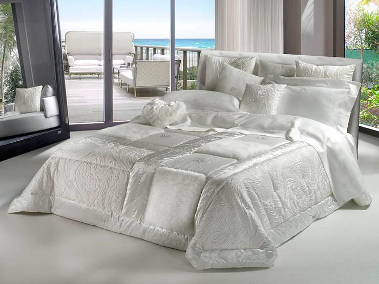 Lasciatevi avvolgere dalle nostre manifatture create con la stessa sartorialità di un capo d'alta moda: Camera da letto in stile  di Manifatture Tessili Piliero