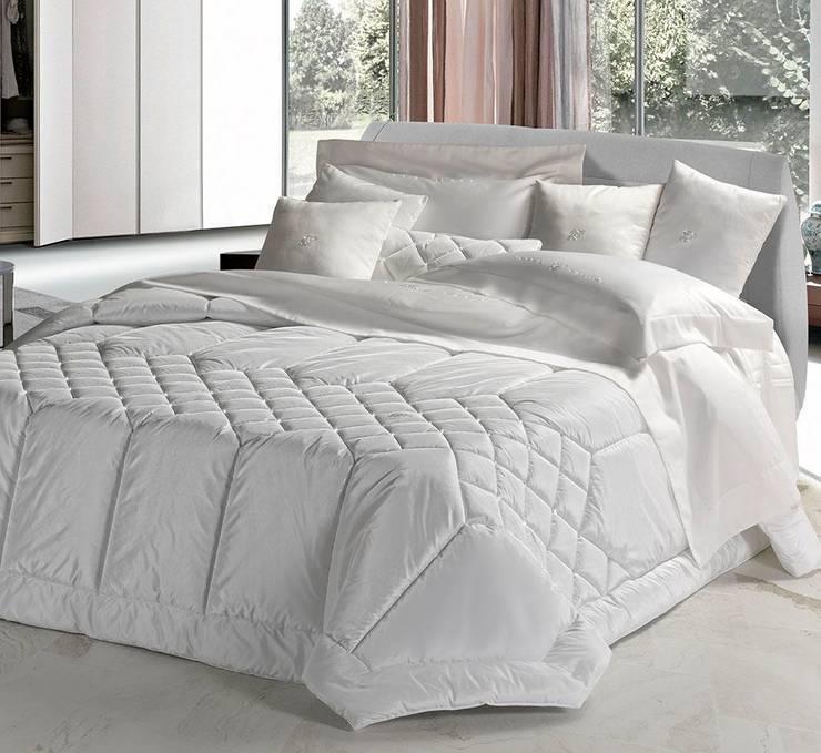 Lasciatevi avvolgere dalle nostre manifatture create con la stessa sartorialità di un capo d'alta moda: Camera da letto in stile in stile Eclettico di Manifatture Tessili Piliero