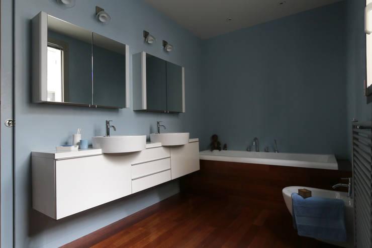 Bathroom by MELANIE LALLEMAND ARCHITECTURES