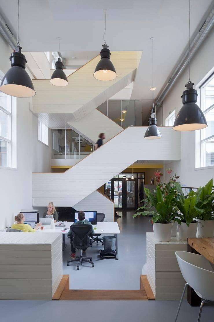 TRANSFORMATIE VAN KERK NAAR KANTOOR_01:  Kantoorgebouwen door HOYT architecten, Modern