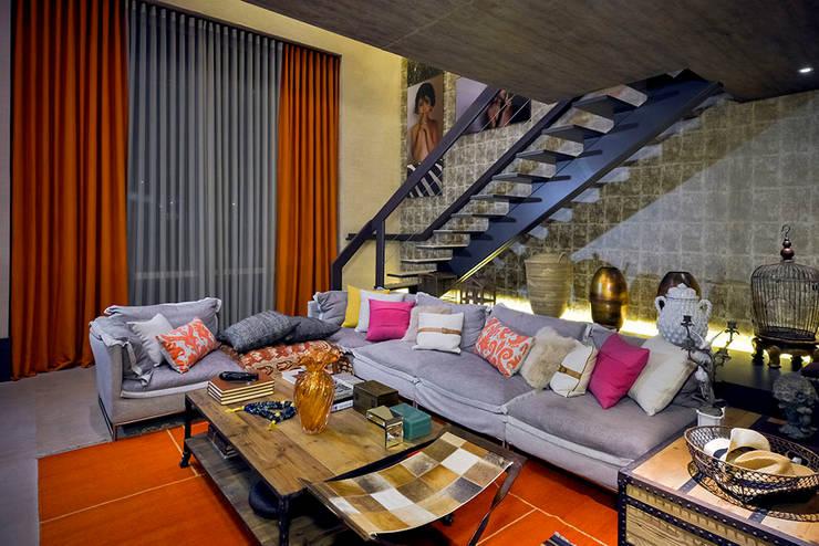Loft Sustentável - Ambiente da Casa Cor SC  2015: Sala de estar  por Studium Saut Arte & Interiores