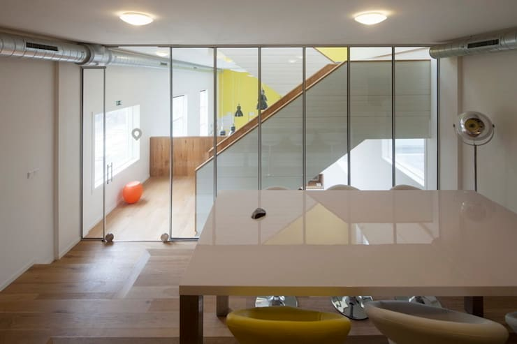 TRANSFORMATIE VAN KERK NAAR KANTOOR_09:  Kantoorgebouwen door HOYT architecten, Modern