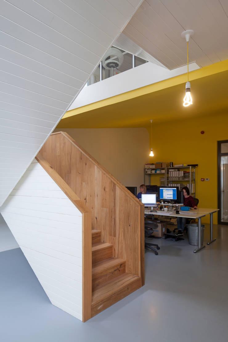 TRANSFORMATIE VAN KERK NAAR KANTOOR_05:  Kantoorgebouwen door HOYT architecten, Modern