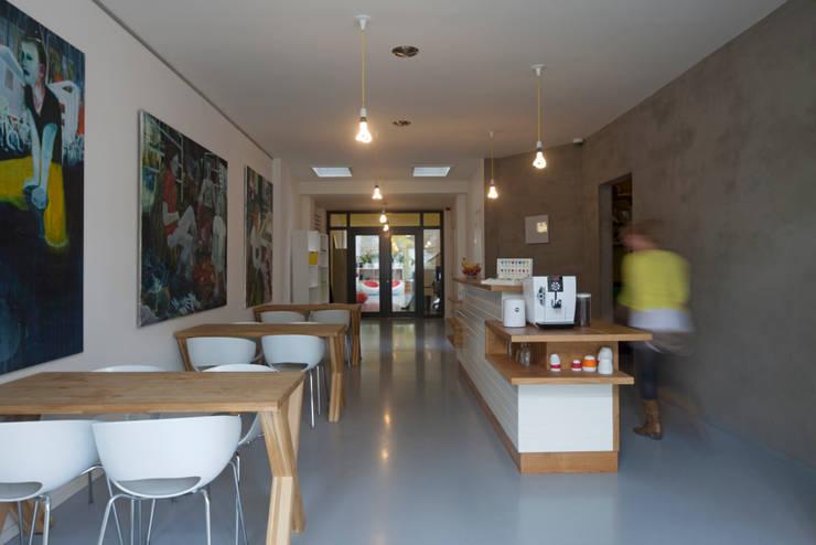 TRANSFORMATIE VAN KERK NAAR KANTOOR_07:  Kantoorgebouwen door HOYT architecten, Modern