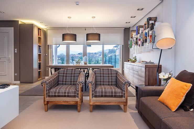 Vivienda unifamiliar en Berango: Salones de estilo moderno de URBANA 15