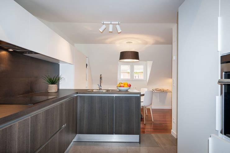 Apartamento 45m2 en el Ensanche de Bilbao: Cocinas de estilo moderno de URBANA 15