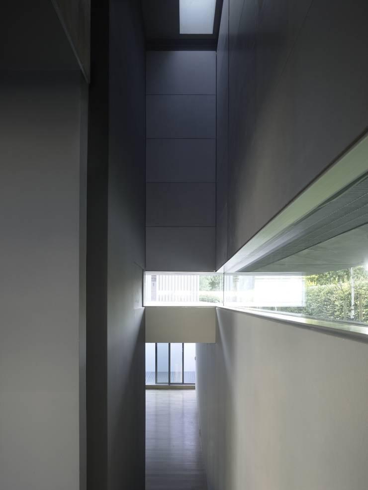 Project X Almere:  Gang en hal door Rene van Zuuk Architekten bv, Modern