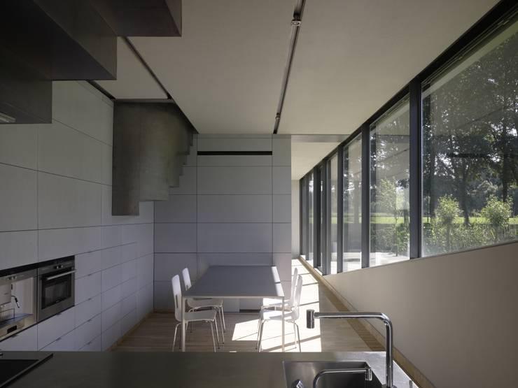 Project X Almere: moderne Keuken door Rene van Zuuk Architekten bv