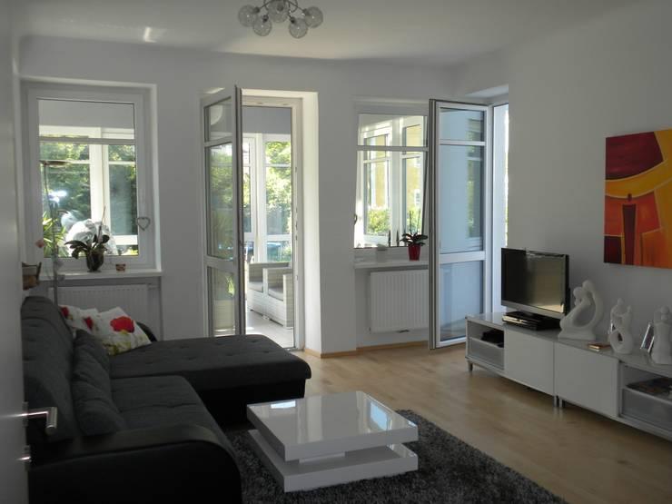 Wohnraum mit Verbindung zum Wintergarten und zur Terrasse: klassische Wohnzimmer von Architekturbüro Eberhardt