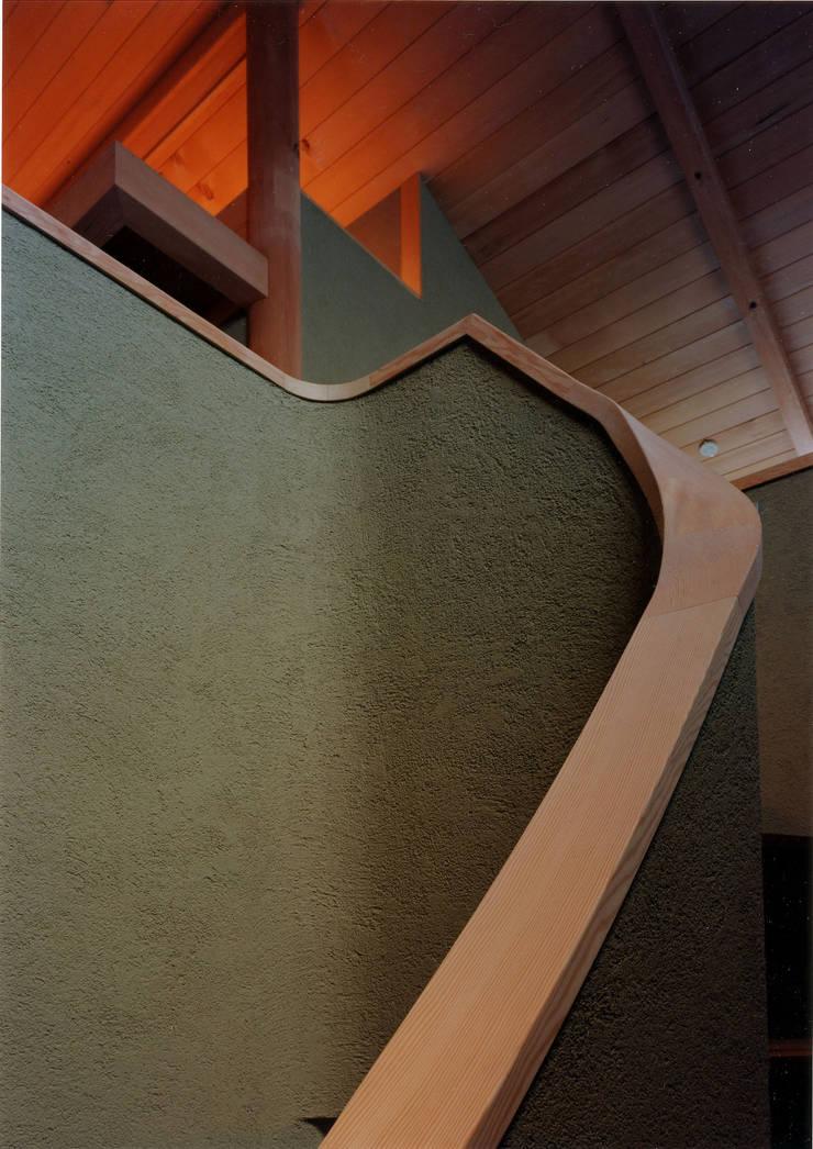 階段: 松井建築研究所が手掛けた廊下 & 玄関です。,
