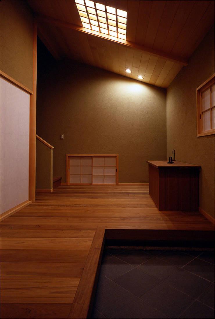 玄関: 松井建築研究所が手掛けた壁です。,