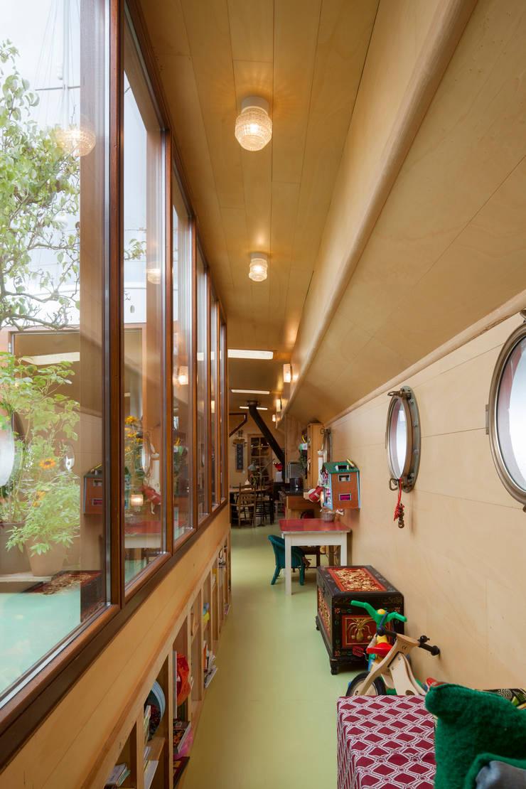 Yates y jets de estilo  por HOYT architecten, Moderno