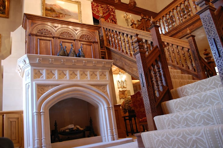 Oak staircase and Stone Fireplace:  Corridor & hallway by Arttus
