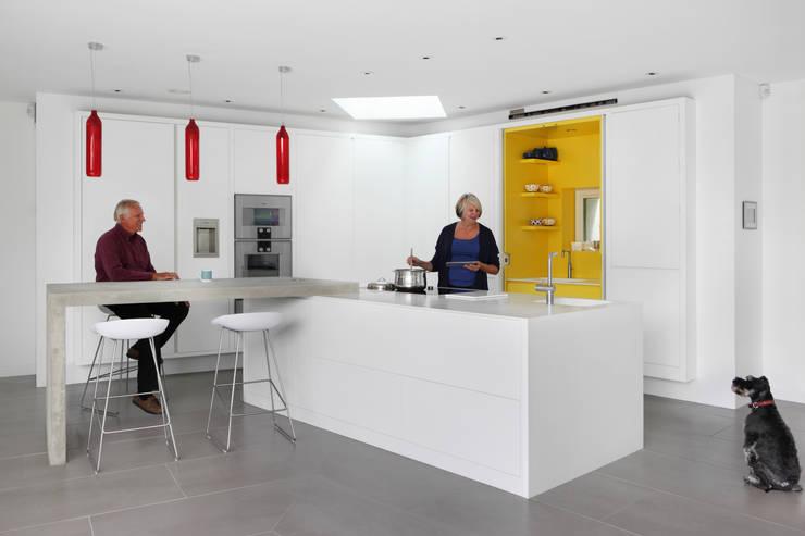 E2 PAVILION ECO HOUSE, BLACKHEATH:  Kitchen by E2 Architecture + Interiors