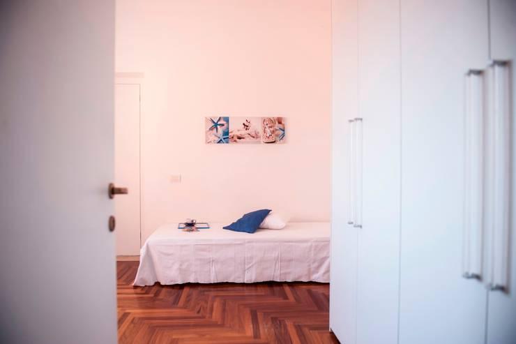 CAMERA DA LETTO SINGOLA - DOPO: Camera da letto in stile  di IF Irene Farina Home Stager