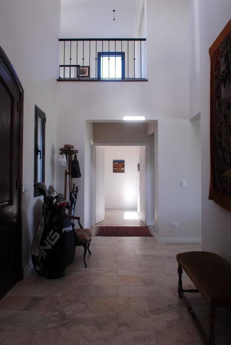 hall en doble Altura. Pasillos, vestíbulos y escaleras rurales de Parrado Arquitectura Rural