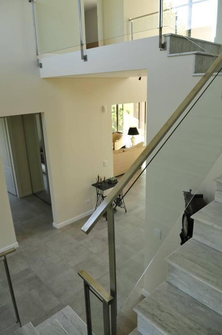 hall: Pasillos y recibidores de estilo  por Parrado Arquitectura,Moderno