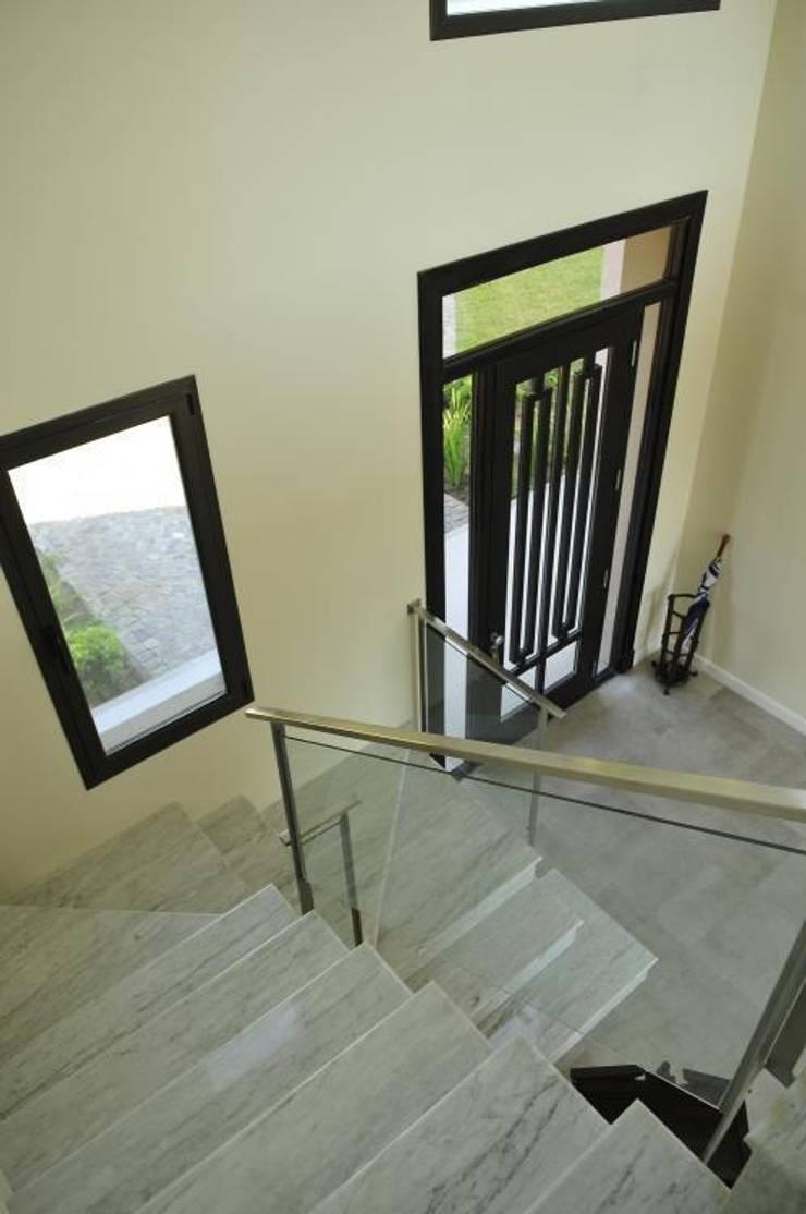 hall- escalera: Pasillos y recibidores de estilo  por Parrado Arquitectura,Moderno