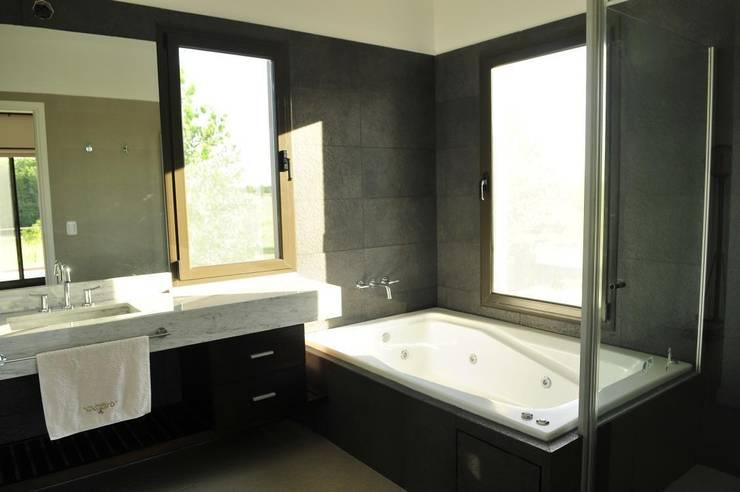 baño principal: Baños de estilo  por Parrado Arquitectura
