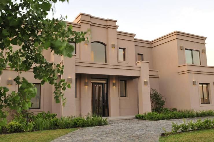 detalle del frente: Casas de estilo  por Parrado Arquitectura