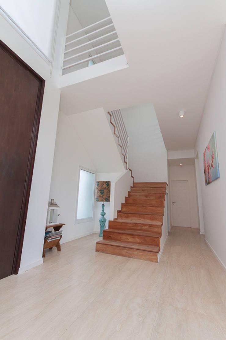 HALL - ESCALERA: Pasillos y recibidores de estilo  por Parrado Arquitectura