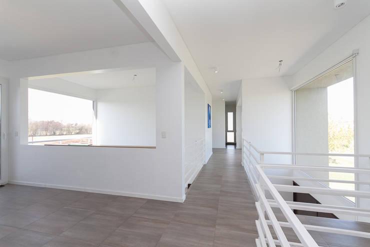 PUENTE Y PLAYROOM: Pasillos y recibidores de estilo  por Parrado Arquitectura