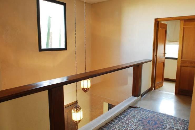 CASA TECTÓNICA EN TIGRE: Pasillos y recibidores de estilo  por Parrado Arquitectura