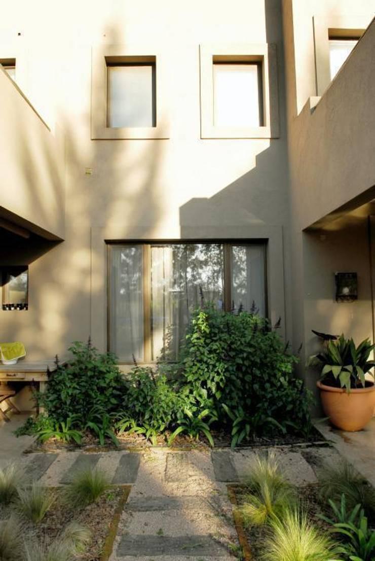 DETALLE: Jardines de estilo moderno por Parrado Arquitectura
