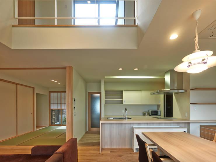 ISHIGAKI NO IE : 鶴巻デザイン室が手掛けたリビングです。