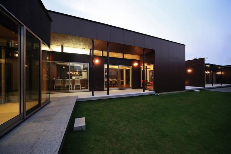 ガーデンからの風景(リビング、ダイニング、キッチン): 猪股浩介建築設計 Kosuke InomataARHITECTUREが手掛けた家です。,モダン