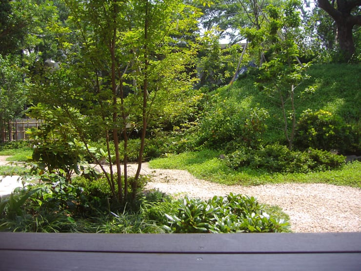 ウッドデッキからの眺め: 新美園が手掛けた庭です。