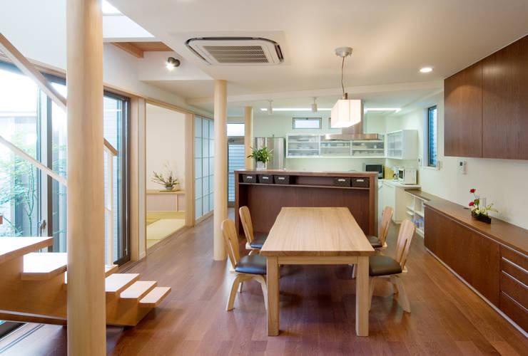階段の家: 鶴巻デザイン室が手掛けたリビングです。