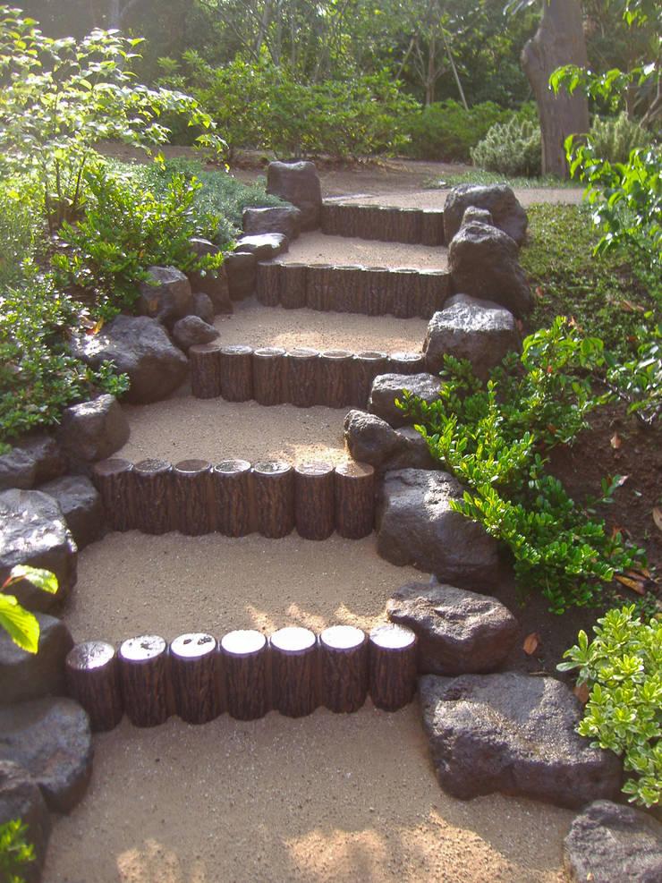 自然石を使った階段: 新美園が手掛けた庭です。