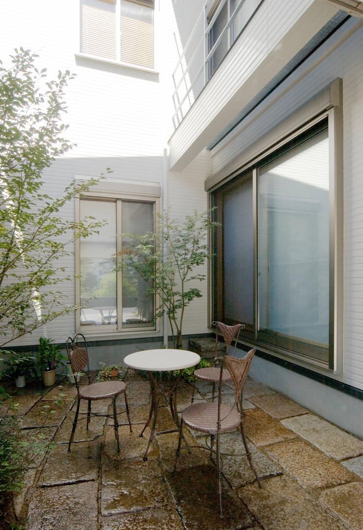 階段の家: 鶴巻デザイン室が手掛けた庭です。
