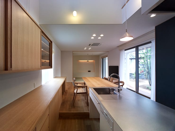 雑木林の家: 鶴巻デザイン室が手掛けたダイニングです。