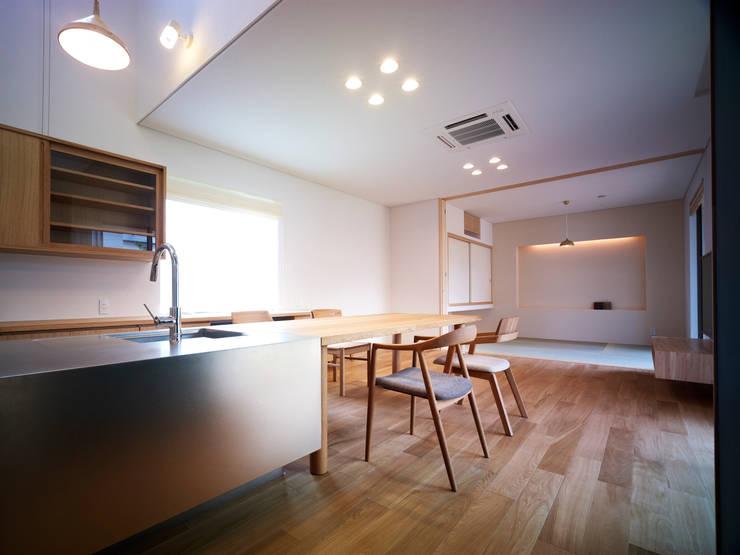 雑木林の家: 鶴巻デザイン室が手掛けたリビングです。