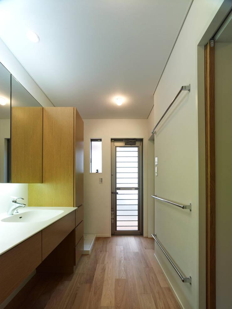 雑木林の家: 鶴巻デザイン室が手掛けた浴室です。
