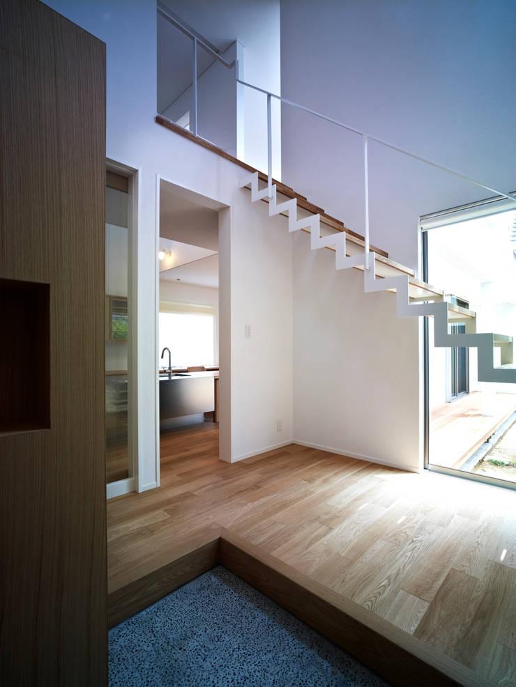 雑木林の家: 鶴巻デザイン室が手掛けた廊下 & 玄関です。