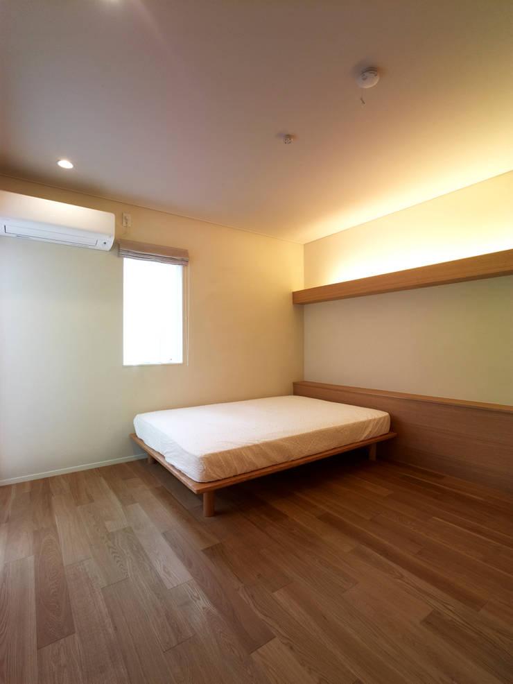 雑木林の家: 鶴巻デザイン室が手掛けた寝室です。