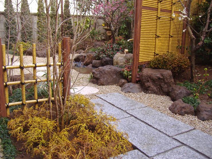 テラス側から手水鉢周りを望む: 新美園が手掛けた庭です。