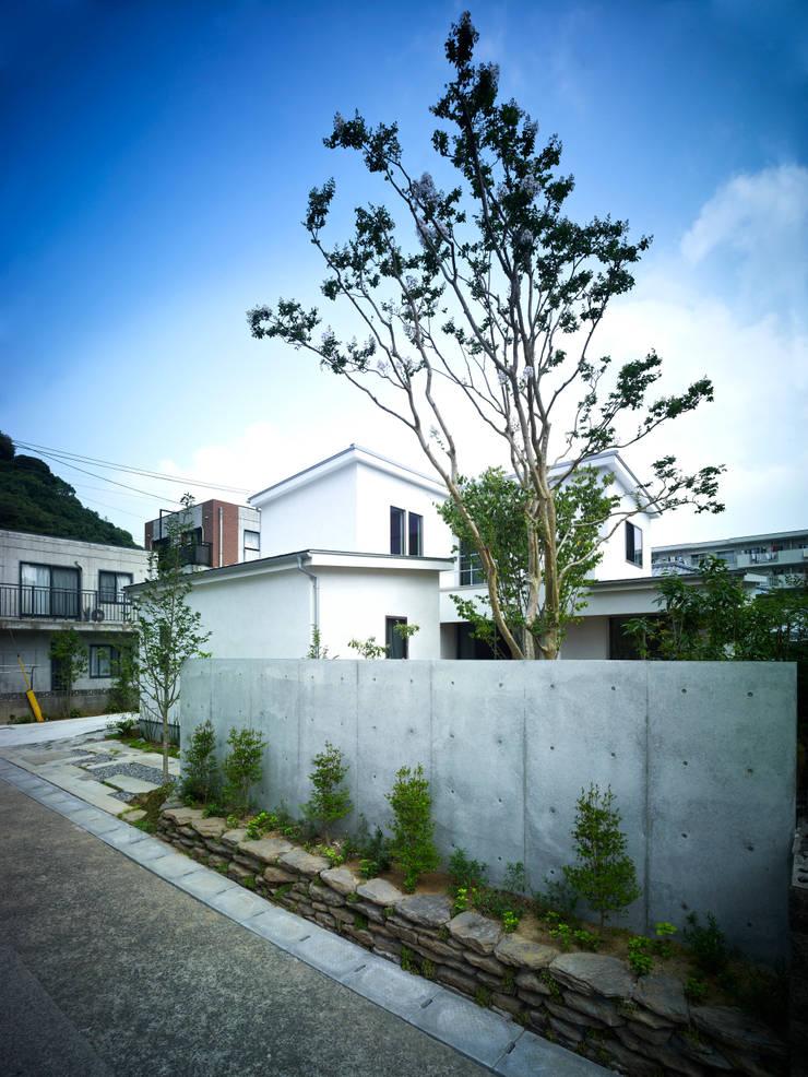 雑木林の家: 鶴巻デザイン室が手掛けた家です。