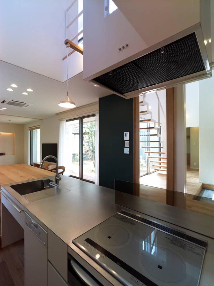雑木林の家: 鶴巻デザイン室が手掛けたキッチンです。