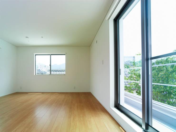 雑木林の家: 鶴巻デザイン室が手掛けた子供部屋です。