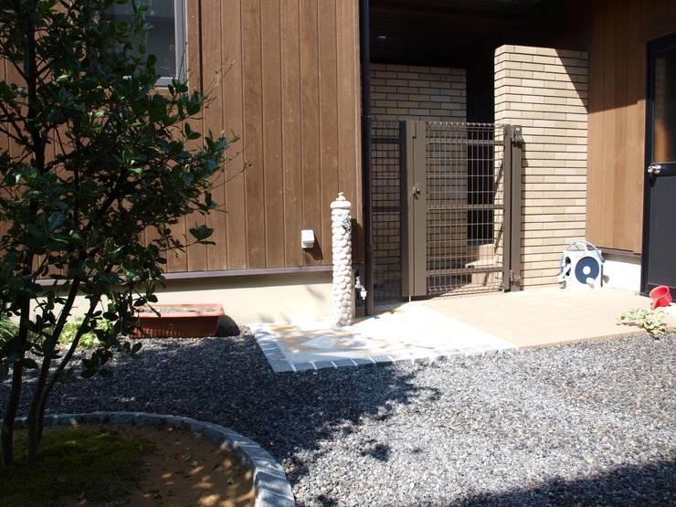 オリジナル立水栓: (有)エクサ 庭工房絵草 DOGRUN海岸通りが手掛けた庭です。